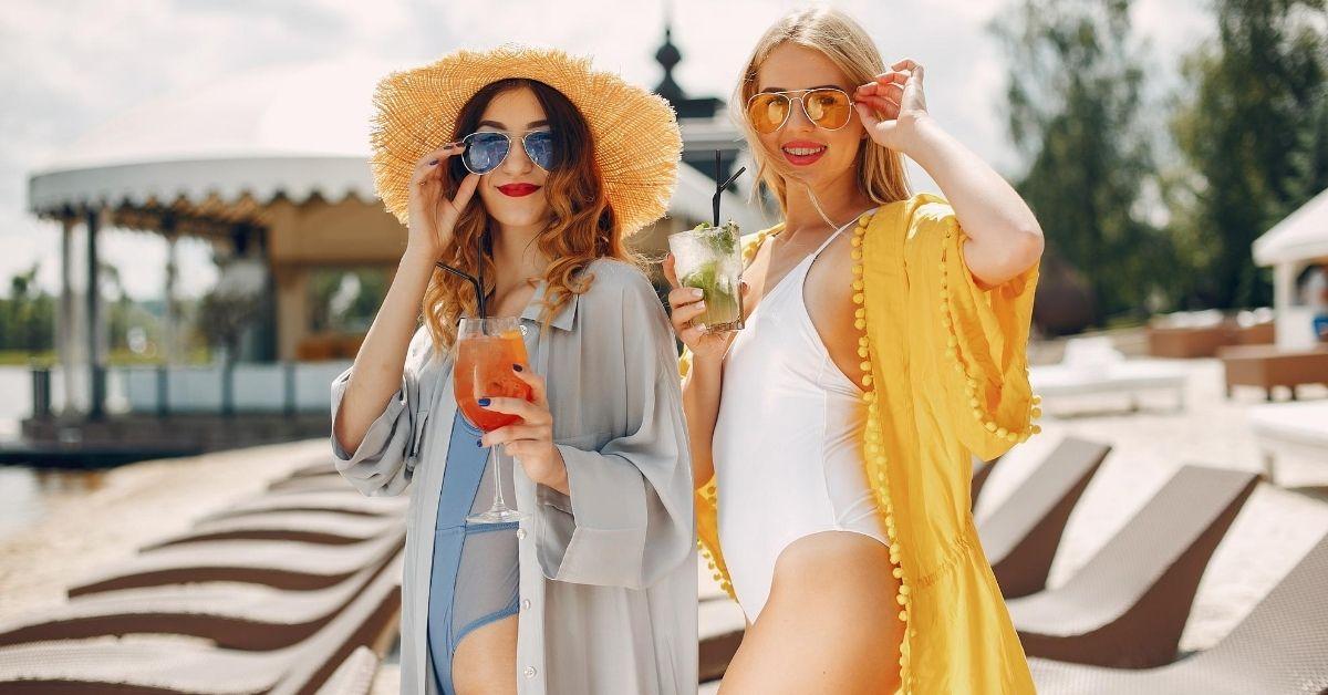 dve dievčatá na pláži s prehozmi